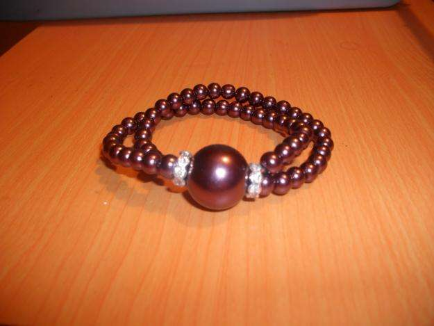 Bonita pulsera en perlas color marron